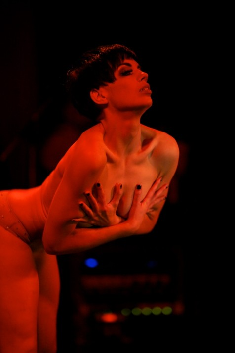 Laurie Hagen performing her 'Most Innovative' reverse striptease. ©Sin Bozkurt