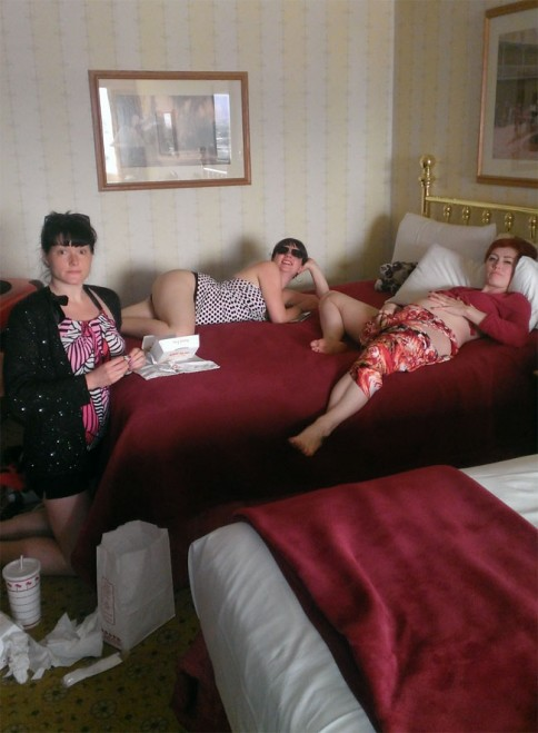 Flirty Sanchez, Bella Bijoux and Randi Rascal in their Orleans hotel room at the Burlesque Hall of Fame Weekend.  ©