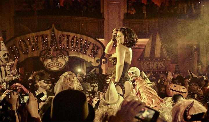 Roxi D'Lite thrilling the crowd at Theatre Bizarre 2013.  ©Theatre Bizarre