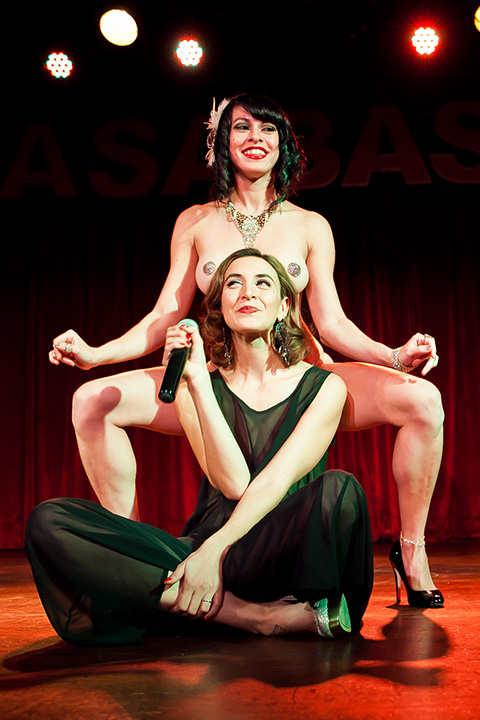 Wasabassco performer and host Sapphire Jones with stage kitten Mala Morrigan, 2013.  (Interview: Doc Wasabassco – 10 Years in Burlesque)