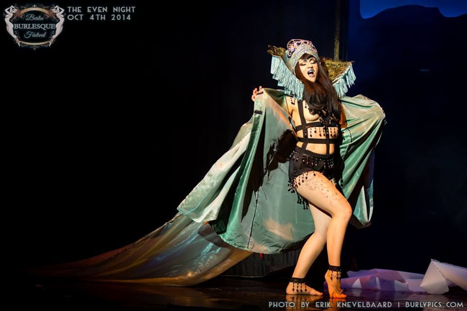 Ginger Synne at the Berlin Burlesque Festival.  ©Erik Knevelbaard